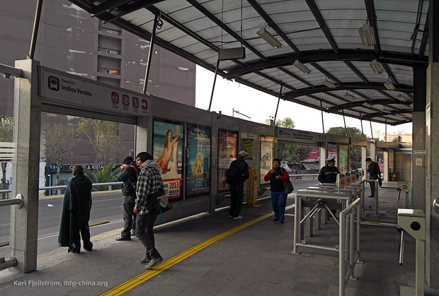 The Indios Verdes BRT terminal in Mexico City from outside (EMBARQ BRASIL / Flickr) and inside (ITDP).